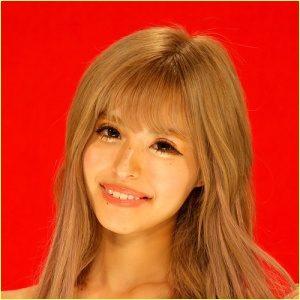 背景赤色の今井アンジェリカの笑顔