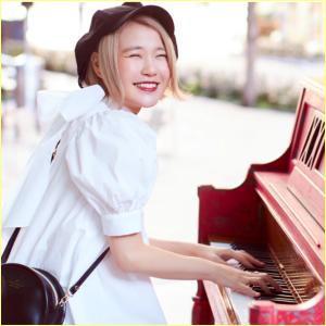 赤いピアノを弾くハラミちゃんの笑顔かわいい