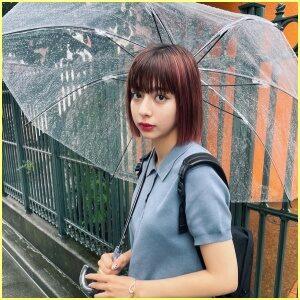 傘をさす小山ティナがカワイイ